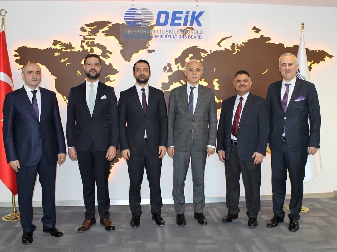 Membres du conseil d'administration de GİGDER; Le secrétaire général Abdullah Keskin, A. Talat Karasu, Faruk Akbal, le président du DEIK Nail Olpak, İbrahim Maasfeh, Bayram Tekçe
