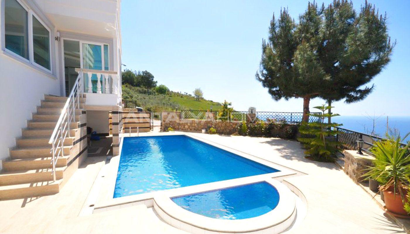 5 Slaapkamers Vrijstaande Villa in Alanya met Zee en Bergen Uitzicht